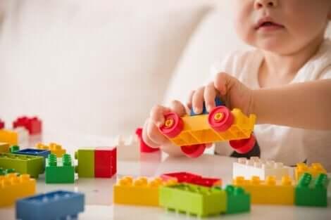 Barn, der leger med byggeklodser