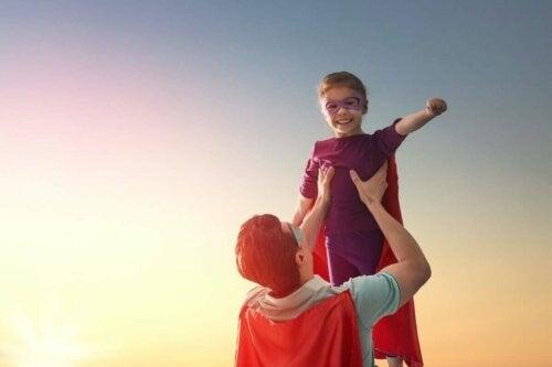 Barn og forælder klædt ud som superhelte