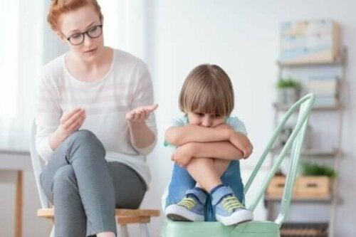 Dame, der taler til trist barn