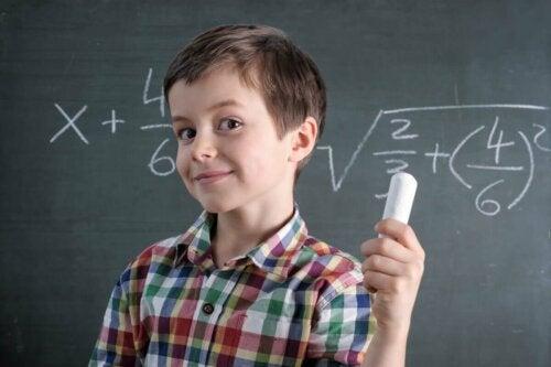 Dreng, der holder kæmpe kridt