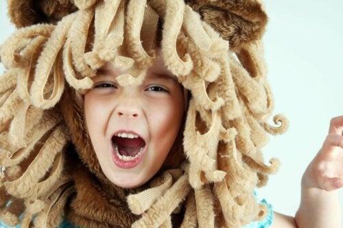 Dreng klædt ud som løve