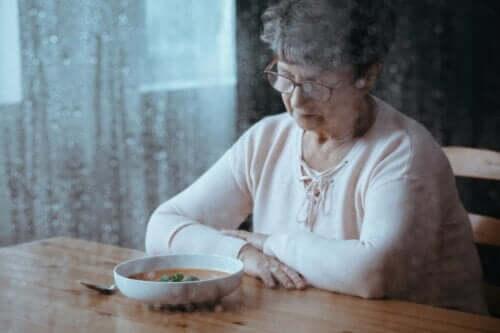 Ældre kvinde med suppe foran sig oplever et tab af appetit