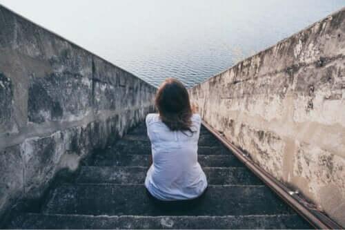 Kvinde på trappe ved hav