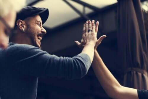 Folk, der giver hinanden high-five