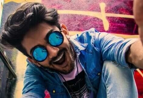 Glad mand med solbriller