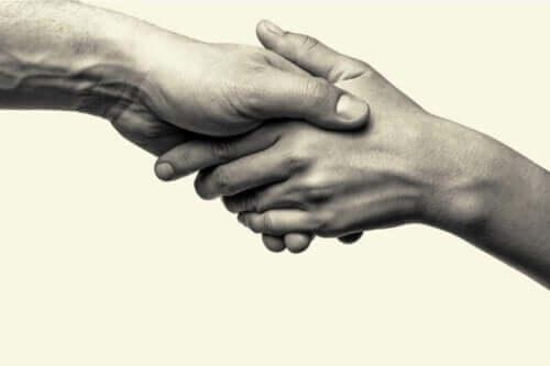 To personer giver hinanden hånden