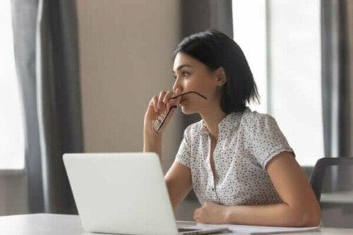 Kvinde, der arbejder ved computer