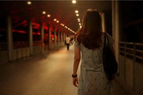 Kvinde, der går på en gangbro