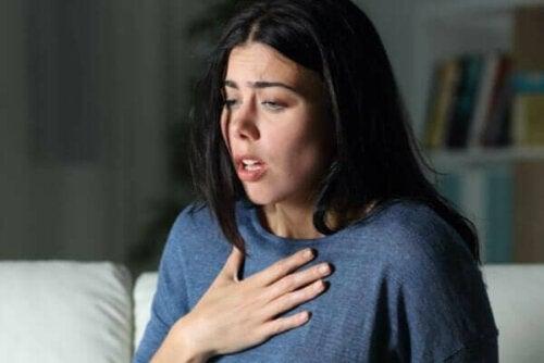 Kvinde, der har svært ved at trække vejret