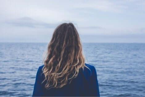 Kvinde, der kigger på havet