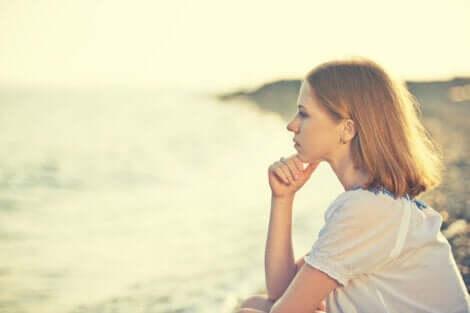 Kvinde, der kigger ud på havet