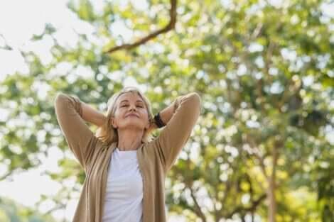 Kvinde udenfor nyder, at naturen kan lindre stress