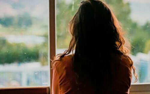 En person, der kigger ud af vinduet