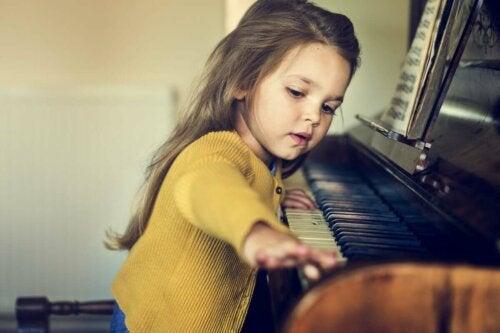 Lille pige, der spiller klaver