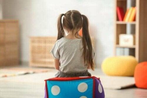 Lille pige på et værelse