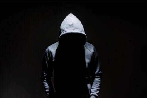 Anomi symboliseres af person, der gemmer sig under stor hættetrøje
