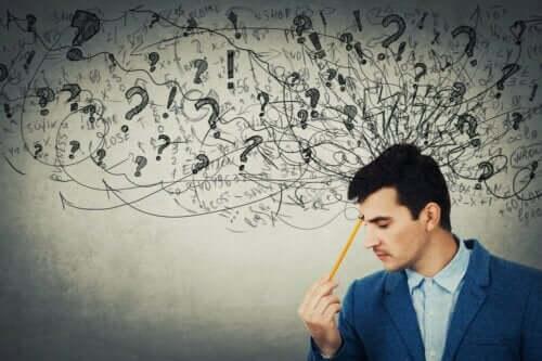 Abstrakt tænkning illustreres af mand med mange krusseduller over sit hoved