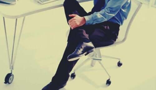 Mand på kontorstol