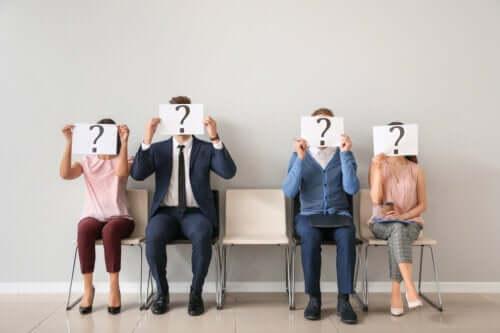 Personer med spørgsmål foran hovederne
