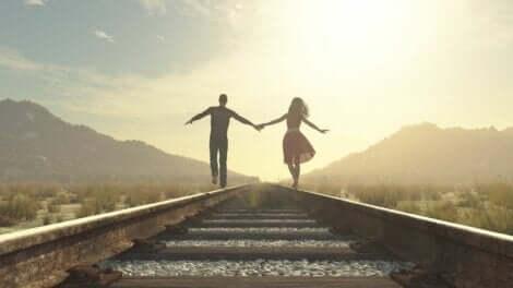 Par, der går langs togbane