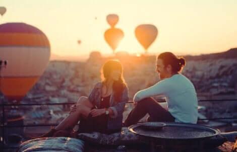 Par, der kigger på luftballoner