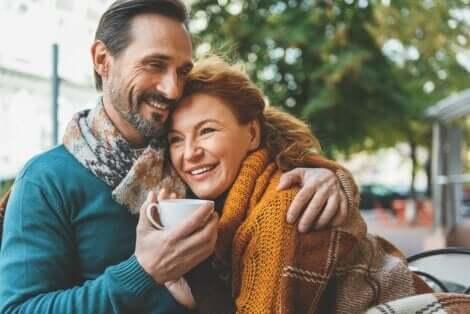Par, der krammer på en café