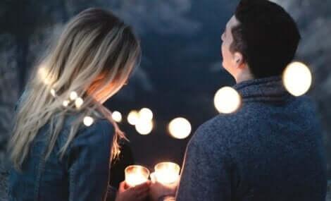 Par omgivet af lys