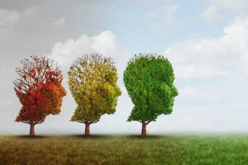 Træer formet som hoveder i forskellige farver