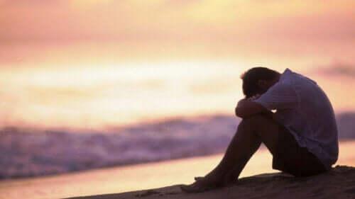 Bedrøvet mand alene på strand