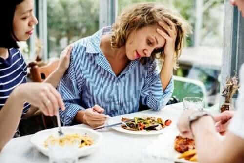 Kvinde ved middagsbord oplever tab af appetit