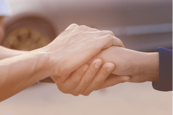 Hænder, der holder om hinanden, symboliserer at være empatisk