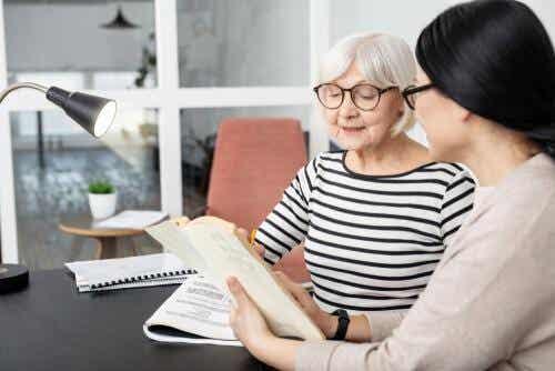 Ældre kvinde laver test for Progressiv supranukleær parese