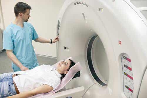 Kvinde får foretaget en MR-scanning