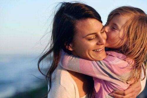 Barn krammer sin mor