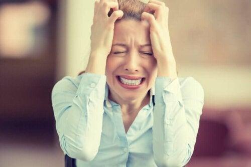 En meget frustreret kvinde oplever konsekvenser af stress