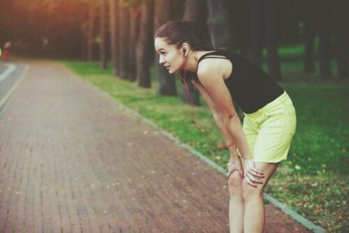 Kvinde på løbetur holder pause