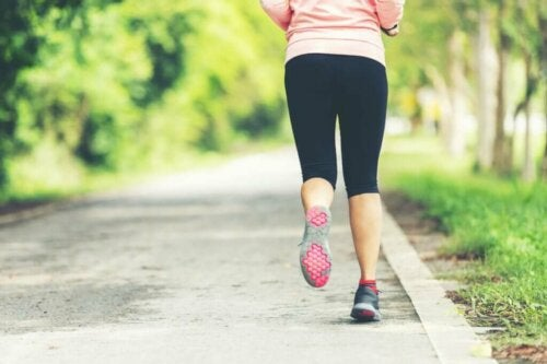 Kvinde løber udenfor