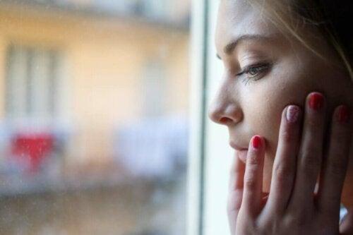 Kvinde tænker ved vindue