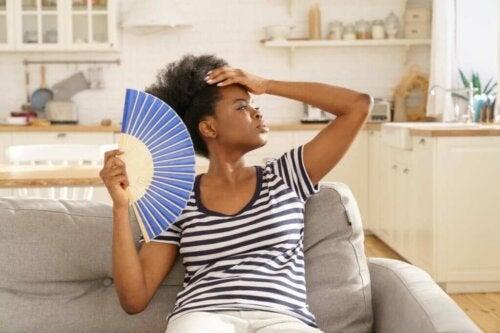 Kvinde med vifte oplever sommerangst