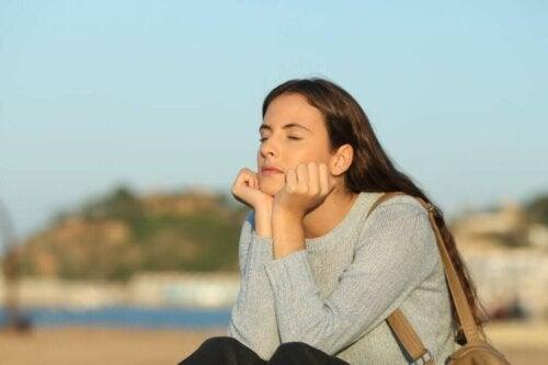 Kvinde tænker med lukkede øjne