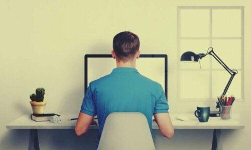 Mand på kontor viser, hvordan man kan sidde med rank ryg