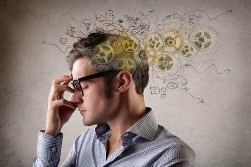Mand med tandhjul i hjerne arbejder på selvproduktivitet