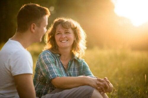 Mor taler med sin voksne søn på eng