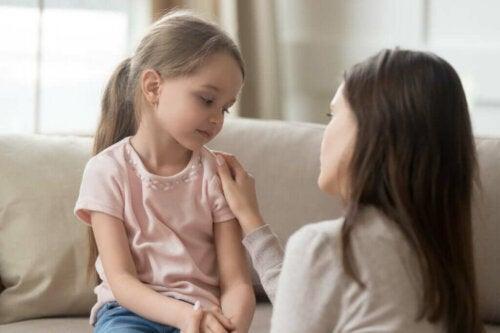 Kvinde prøver at være en god mor over for sin datter