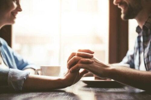 Et par på date holder i hånd
