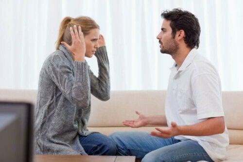 Par på sofa skændes