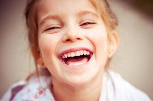 Pige griner