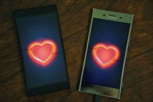 To telefoner med hjerter på symboliserer digitalt utroskab