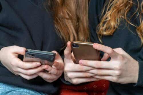 Måder at styre teenageres brug af sociale netværk på