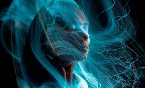 Kvinde indhyllet i blå farver